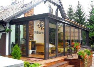 Terasa cu usi si ferestre mari din sticla