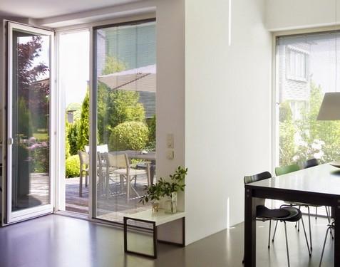 Usa terasa cu deschidere spre interior