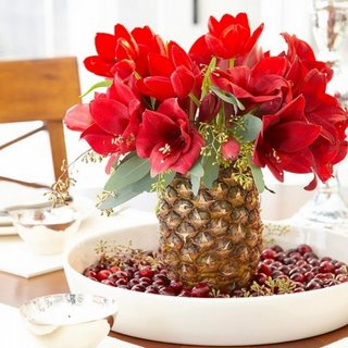 Vaza din ananas scobit cu flori rosii