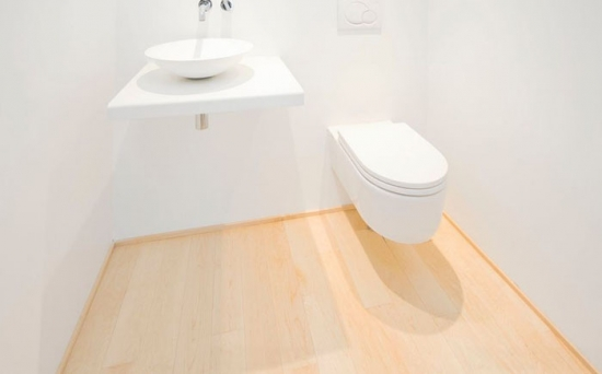 Baie mica amenajata simplu cu wc si chiuveta suspendate pe perete