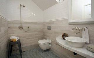 Baie mica cu chiuveta si toaleta suspendate pe perete