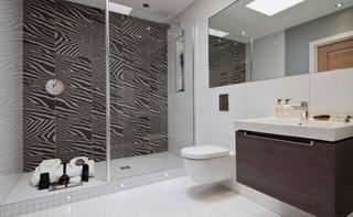 Baie negru cu alb cu vas de toaleta suspendat pe perete