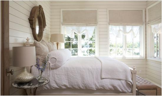 Dormitor alb cu lampi mozaic langa pat