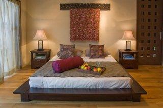 Dormitor amenajat feng shui cu doua veioze maro cu crem