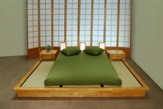 Dormitor traditional japonez cu veioze la capul patului