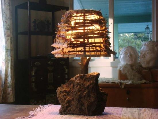 Lampa rustica din busteni de copac