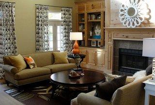 Veioza cu portocaliu in living mobilat in stil clasic