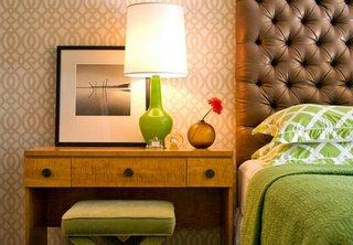 Veioza pentru noptiera din sticla verde si abajur alb