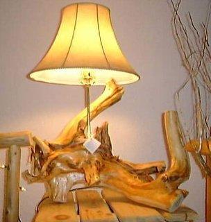 Veioza rustica dintr-un bustean de copac