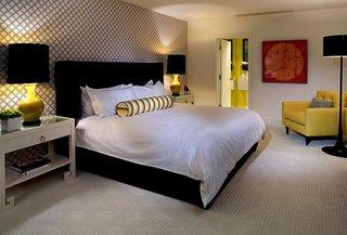Veioze de dormitor negre cu picior din ceramica galbena