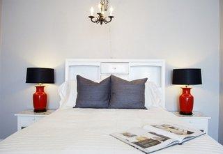 Veioze romantice rosii cu abajur negru pentru dormitor alb