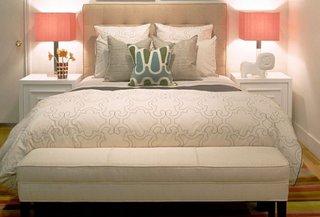 Veioze romantice roz cu argintiu in dormitor cu pat crem