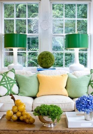 Veioze verzi cu picior din ceramica alba pentru living cu canapea alba