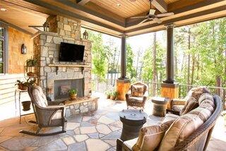 Veranda acoperita cu semineu de piatra