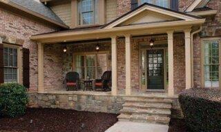 Veranda cu piatra in fata casei