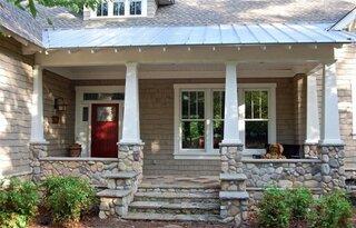 Veranda la intrarea in casa din lemn si piatra