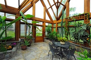 Veranda placata pe jos cu piatra naturala