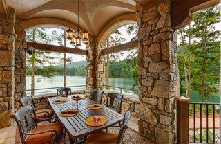 veranda cu coloane placate cu piatra