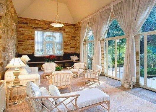 Model de veranda lipita de casa cu geamuri mari