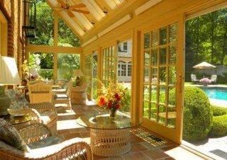 Veranda inchisa cu lemn si sticla