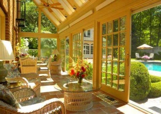 Veranda inchisa cu lemn si sticla for Modele case cu terase acoperite