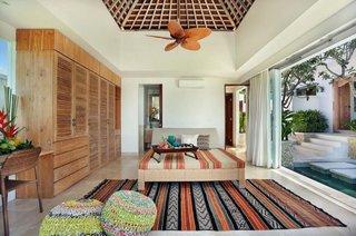 Dormitor cu pat pe mijloc cu influente marocane si usi glisante mari cu iesire in gradina