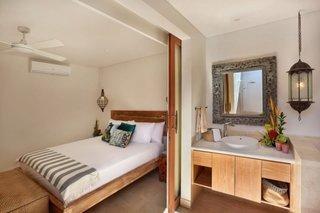 Dormitor mic separat de baie printr-o usa glisanta