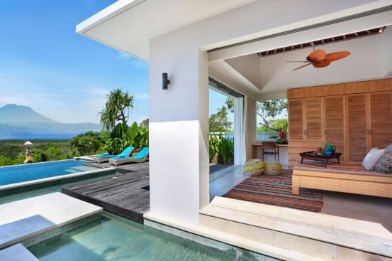 Living cu iesire pe terasa cu piscina