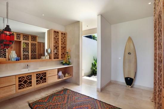 Mobilier de baie cu fronturi cu modele traforate