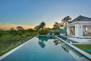 Vedere exterioara catre piscina