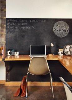 Birou functional cu perete vopsit negru tabla de scris
