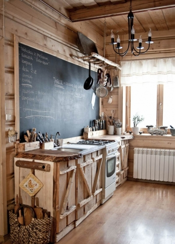 Bucatarie rustica cu mobilier din lemn natur in stare bruta