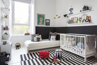 Dormitor copii in alb si negru cu vopsea tabla de scris