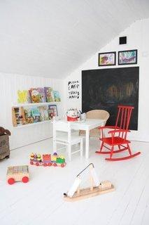 Loc de joaca in mansarda cu tabla de scris pe perete