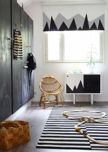 Mobilier de dormitor vopsit cu vopsea neagra cu efect de tabla de scris