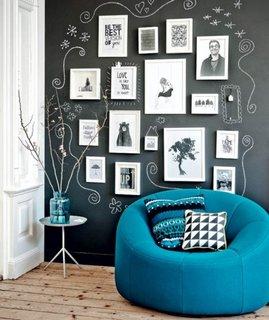 Perete de accent negru cu colectie de tablouri