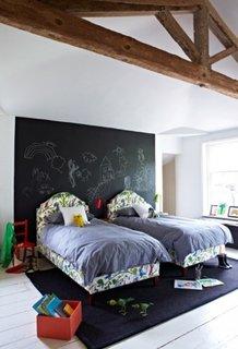Perete negru in spatele paturilor din dormitor