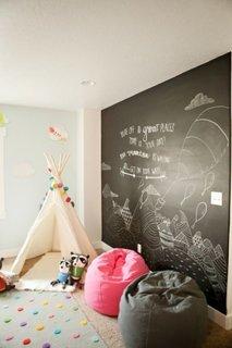 Perete negru intr-un dormitor colorat