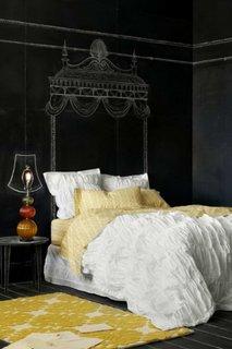 Tablie de pat desenata cu creta pe perete