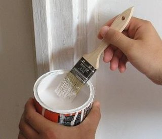 Preparare vopsea pentru aplicarea pe tocul de la usa