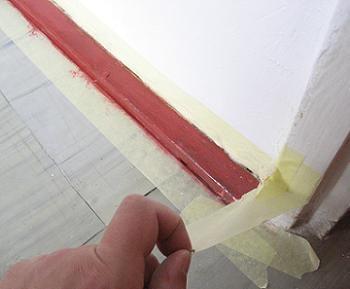 Vopsire plinta de lemn langa tocul usii