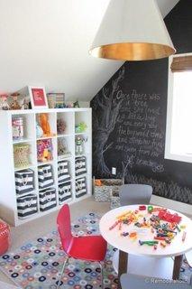 Camera de copil cu perete de accent cu vopsea cu finisaj de tabla de scris