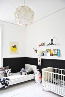 Camera de copil zugravita in doua culori alb cu negru