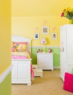 Camera de copil zugravita in doua culori verde si galben cu mobila alba