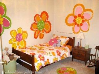 Camera de fetita cu picturi murale flori colorate