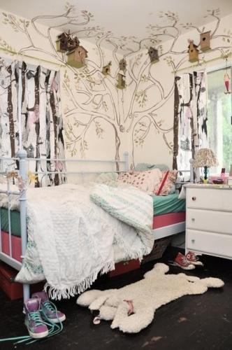 Camera zugravita in alb cu schita maro a unui copac