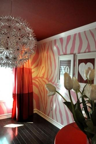 Camera zugravita in doua culori roz cu alb si tavan negru