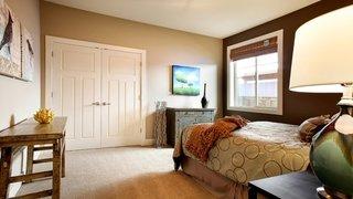 Dormitor cu doi pereti crem deschis si doi pereti maro inchis