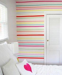Dormitor cu mobila alba si perete de accent lateral in dungi colorate