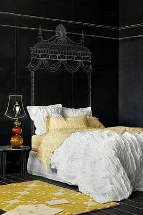 Dormitor cu perete cu vopsea cu finisaj de tabla de scris